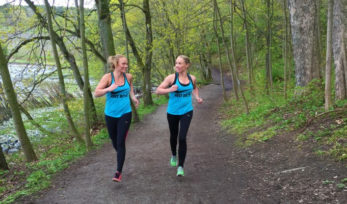 2 damer som løper intervalltrening